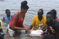 Former Model Aheu joins men in building dyke amid raging floods in Bor [PHOTOS]